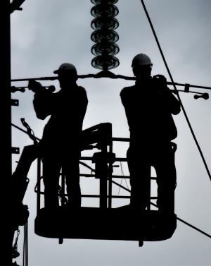 для специалистов, которые работают с электроустановками